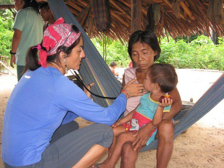 Carolina Batista examines a Chagas patient.