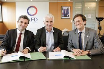 Dr Bernard Pécoul, directeur exécutif de DNDi, entre Bertrand Walckenaer, Directeur délégué de l'AFD (à droite) et Joan Valadou, Sous-directeur du Développement Humain au Ministère de l'Europe et des Affaires étrangères (à gauche)