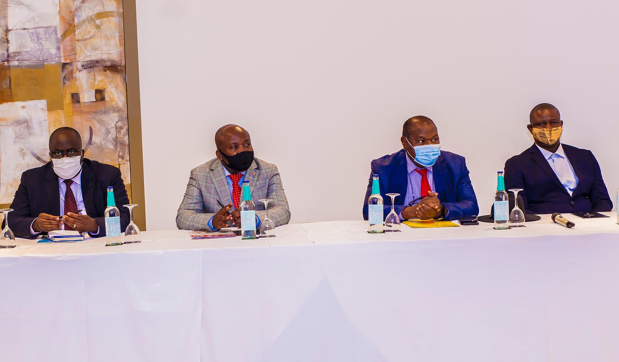 De gauche à droite: Dr Dominique Baabo Kubuya, coordinateur du PDSS; M. Chirac Bulanga Milemba, chef du bureau pays de DNDi en RDC; Dr If Malaba Cleophas, le Secrétaire Général à la Santé l'intérim; Dr Eric Miyaka, directeur du PNLTHA,